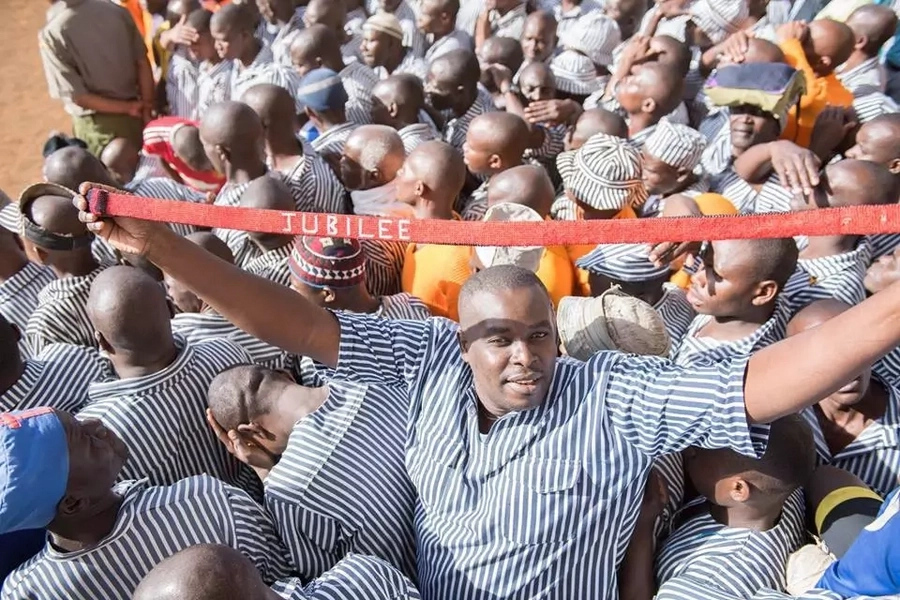 Uhuru visits the prison where one of the doctors was jailed (photos)