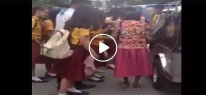 Dapat ganito ang mga kabataan talaga! Pinoy students captured helping homeless old woman in viral Facebook video