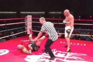 Former UFC Champion Knocks A Fighter Out With One Arm Taped To Body