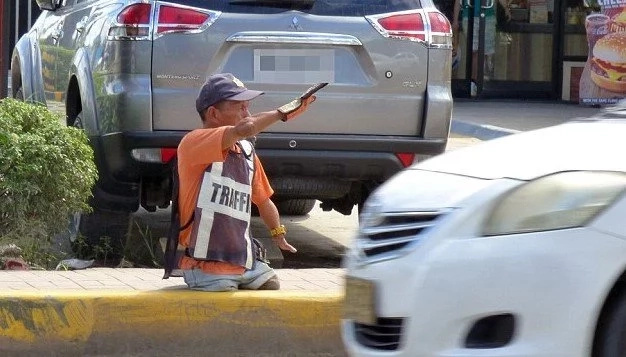 The Philippines boasts a VERY efficient LEGLESS traffic officer (photos)