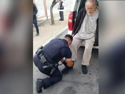 Policias notaron algo peculiar en un hombre sin hogar, actuaron inmediatamente