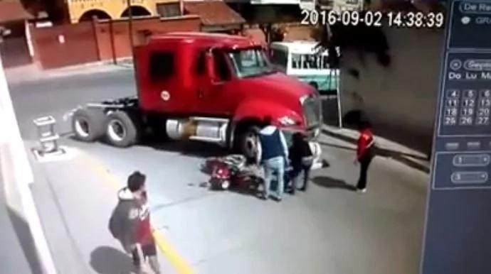 Salió ileso luego de quedar debajo del camión que lo atropelló