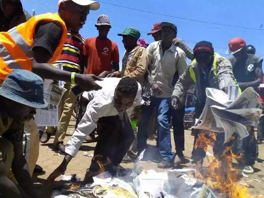 Wafuasi wa Seneta wa JUBILEE wachoma nakala za Gazeti la Nation (picha)