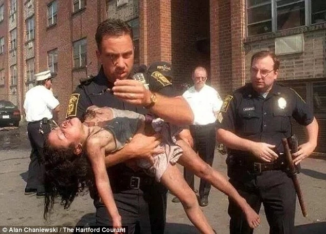 Cop saved a 5-year-old girl from a burning building. 19 years later, he attends her graduation