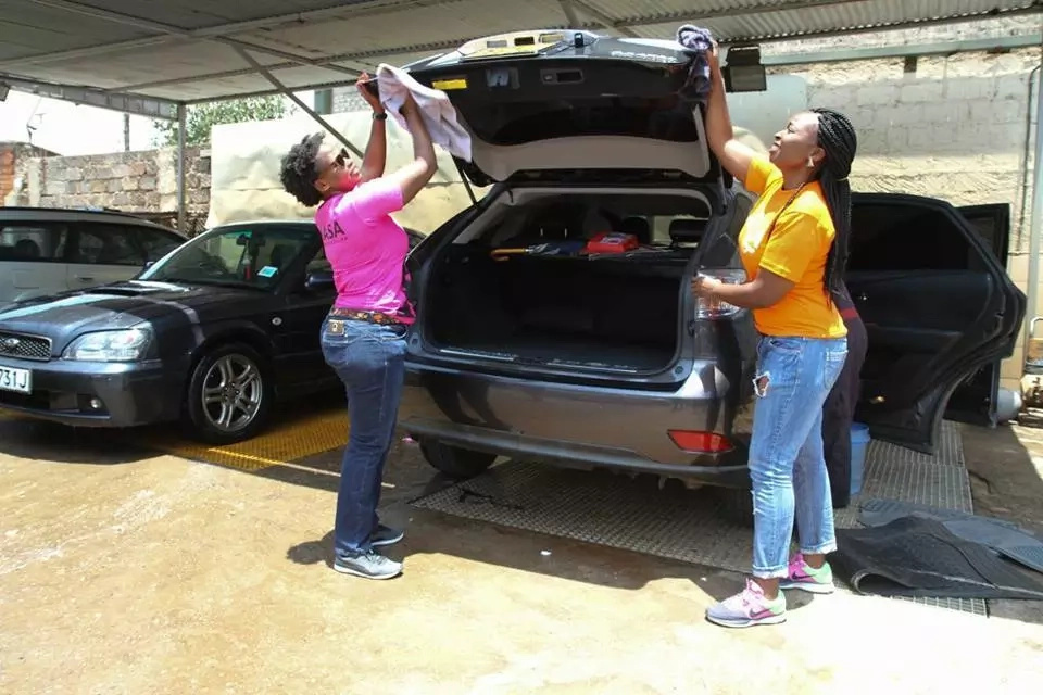 Women come out to wash cars in fundraising for Raila (photos)