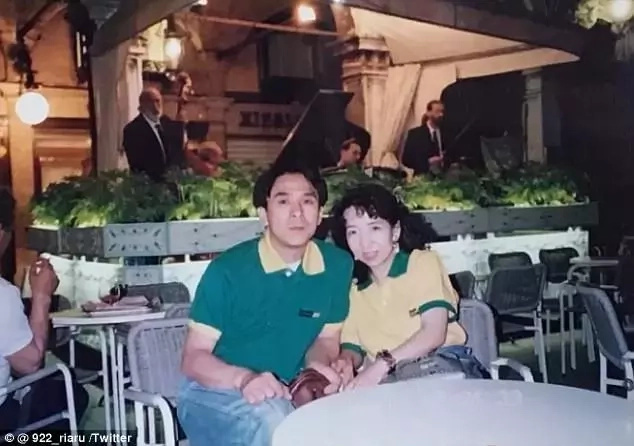 Ria's father and mother pictured during their honeymoon 20 years ago. Photo: Twitter/@922_riaru