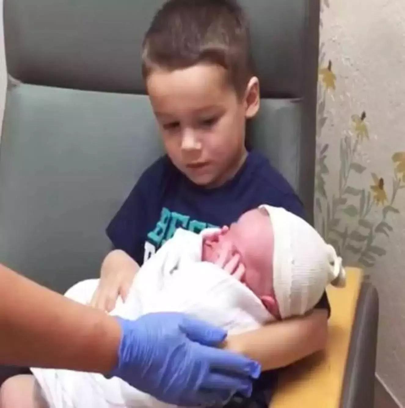 Niño sostuvo a su pequeño hermano por primera vez, ¡pero de repente todo salió mal!