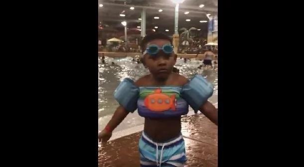Mira cómo este lindo niño busca sus lentes perdidos (Video)