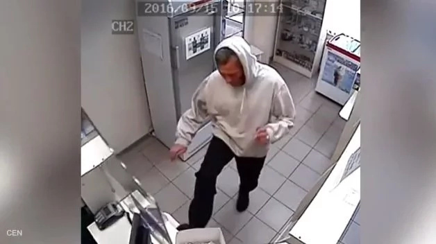 Hombre en mal estado mental ataca a una farmacia