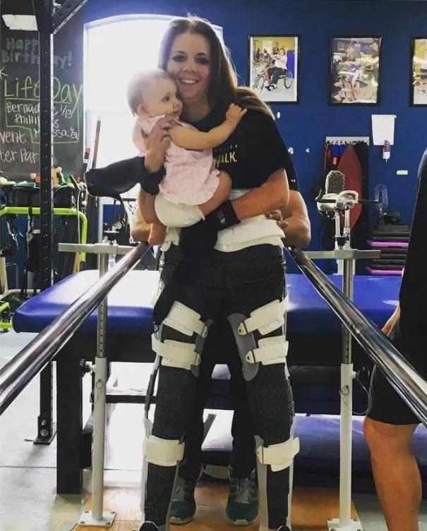 Mujer paralizada se levantó y sostuvo a su hija por primera vez en su vida