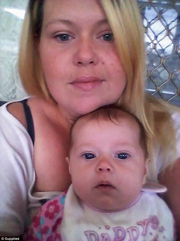 Una mujer escribe una carta de agradecimiento a la mujer que la ayudó cuando daría a luz
