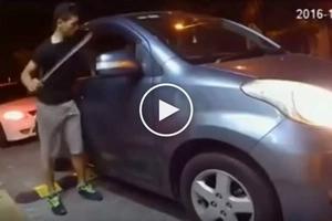 Nakakatakot na criminal! Dangerous Malaysian armed with deadly machete robs helpless victims