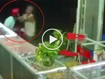 Elderly store owner beats up inexperienced thief for trying to steal iPhone from his shop