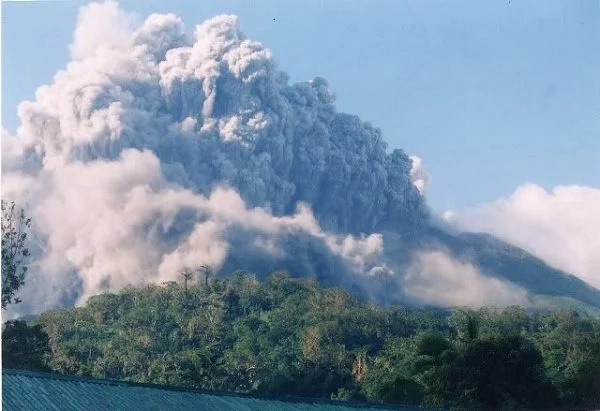 Mt. Bulusan erupts, spews 2-km high ash