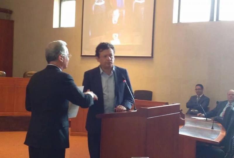 Álvaro Uribe cara a cara con Hollman Morris. ¡La reacción del expresidente sorprendió a todos!