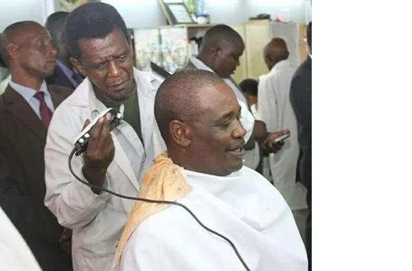 Kidero getting a close shave in a local kinyozi (photo)