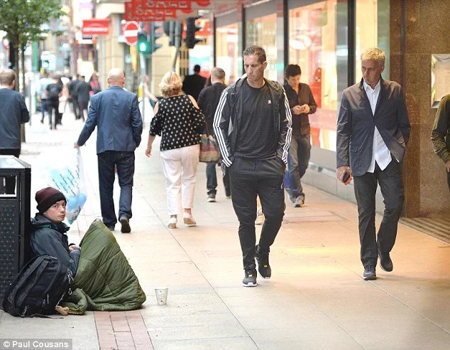 Beggars follow, mug Mourinho on London streets