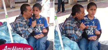 Padre e hijo ciegos paralizan a todos con lo que hacen en plena vía pública