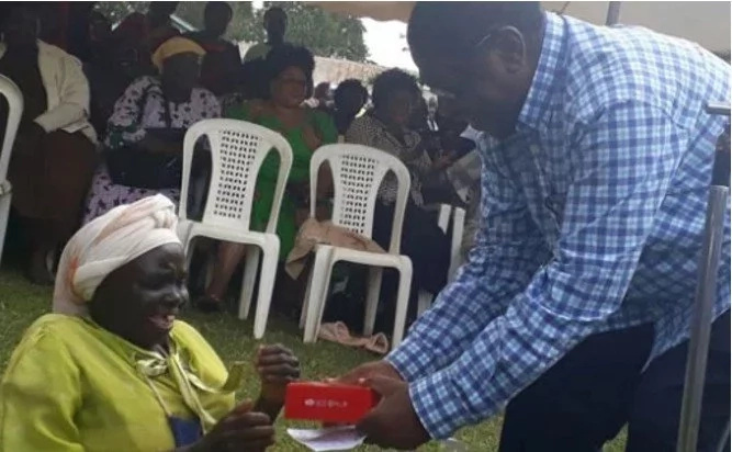 Powerful ODM Senator cuts shot meeting to gift his 'darling' with a Smartphone (Photos)