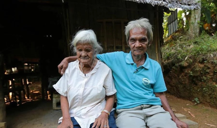 Elderly couple beg for coins amidst disabilities