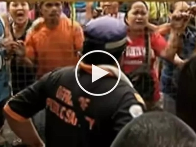Defiant Pinoy vendors get into scary fight with demolition team in Caloocan City