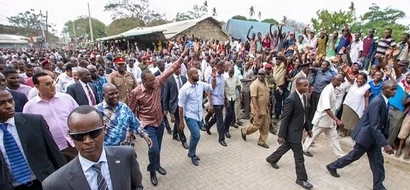 No trust! Journalists thoroughly frisked before getting into Uhuru's event (photos)