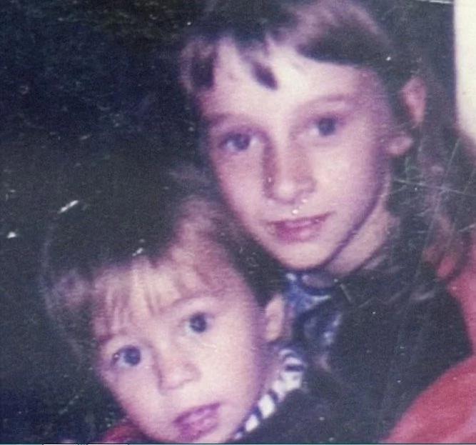 Después de 27 años de búsqueda, se encontró la página de su hijo secuestrado en Facebook...