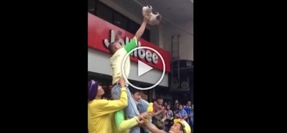 Nag-exhibition yung pusa! Poor cat hanging on electrical cable saved by construction workers