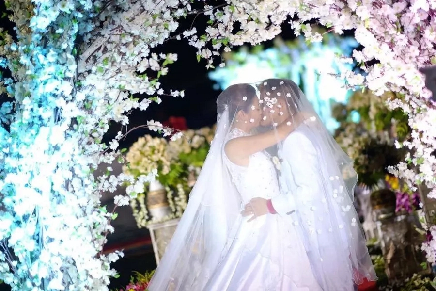Undying Love! Heartbreaking story of a husband who lets her wife wear her wedding dress in coffin, so that he could 'propose' to her again in heaven