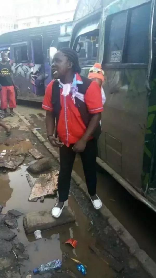 Makanga mwanamke atakushangaza akifanya kazi yake mtoto mgongoni!