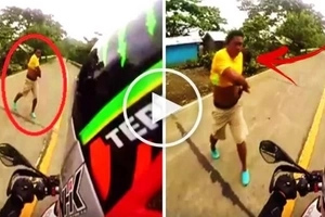 Watch this violent Pinoy use his deadly jungle bolo to attack an unsuspecting motorcycle rider! The reason will shock you!