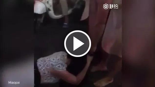 Mujer golpea y humilla en la calle a la amante de su marido