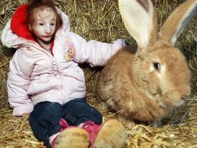 Esta diminuta chica de cinco años parece una muñeca de porcelana y puede ser la niña más pequeña del mundo