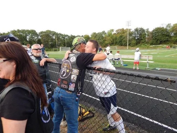 Motociclistas escoltaron a adolescente con síndrome de Down a su primer día de la escuela secundaria