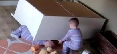 Video impactante muestra a pequeño de 2 años salvando a su hermano gemelo de un tocador caído