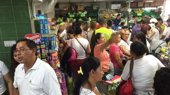 Venezolanos atraviesan la frontera para abastecerse de alimentos