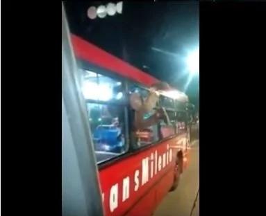 Ciudadano se coló al Transmilenio por la ventana del bus