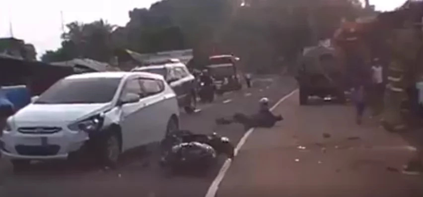 Ingat po sa daan! Motorcycle dangerously crashes into car caught on video