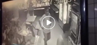 Shameless man stealing a customer's wallet caught red-handed on CCTV, victim cries for help
