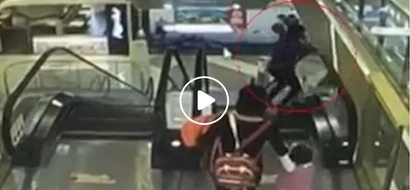 Nakakatakot! Horrifying video of Chinese lola dropping baby from escalator to his death