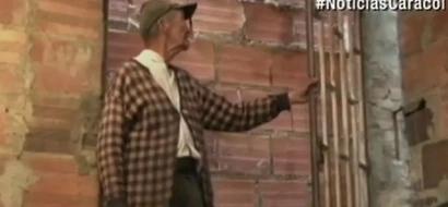 Este anciano diabético quedó encerrado. Tiene que salir de su casa por el techo, todo por culpa de un cura