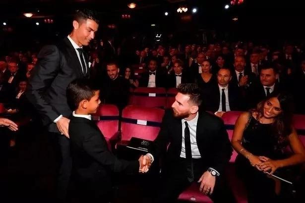 Cristiano Ronaldo aungana na mgeni maalum wakati wa mazoezi Real Madrid na inafurahisha