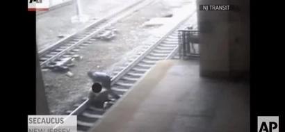 Este oficial sacó a un hombre del carril del tren, segundos antes de que pasaran los vagones