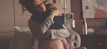Entérate de por qué esta foto de una mamá aferrada a su hija antes de que nazca su siguiente bebé se ha hecho viral
