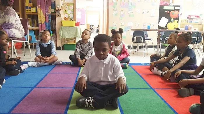 Escuela reemplaza castigos con meditación y los resultados son sorprendentes