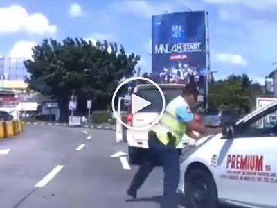 Road rage in Manila! Aggressive Pinoy taxi driver tries to run over policeman