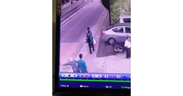 Snatcher grabs woman's bag