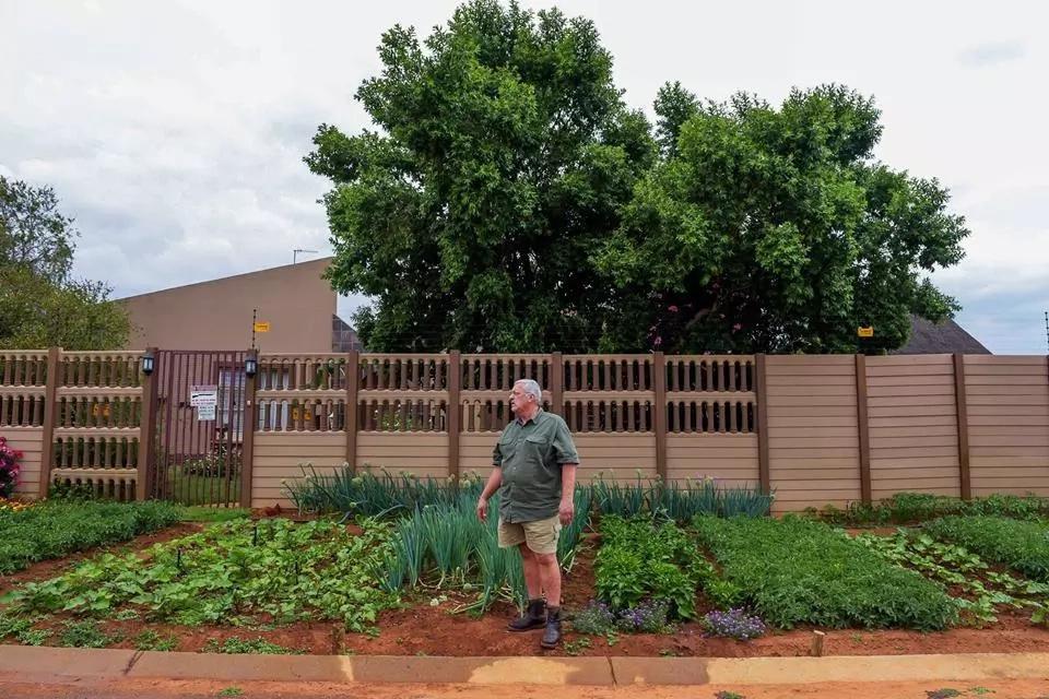 Johan Scott pictured next to his garden. Photo: Facebook/RapportWeb