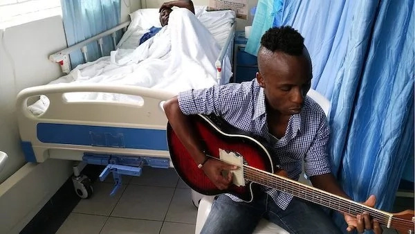 Touching! Musician Mutinda Muteti sings for hospital patients to SOOTHE them (photos, video)