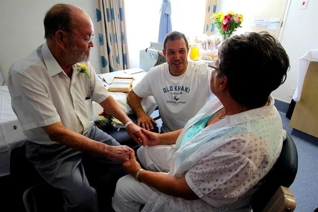 77-year-old cancer patient marries love of his life in hospital (photo)